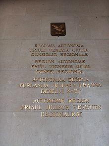 Plošča na stavbi Deželnega sveta FJk v Trstu. Manjšinski jeziki.